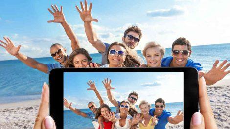 prijatelji se slikaju na plazi