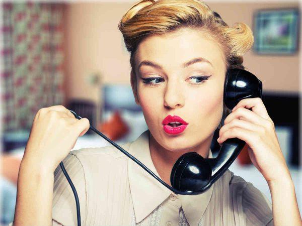 zena razgovara preko telefona