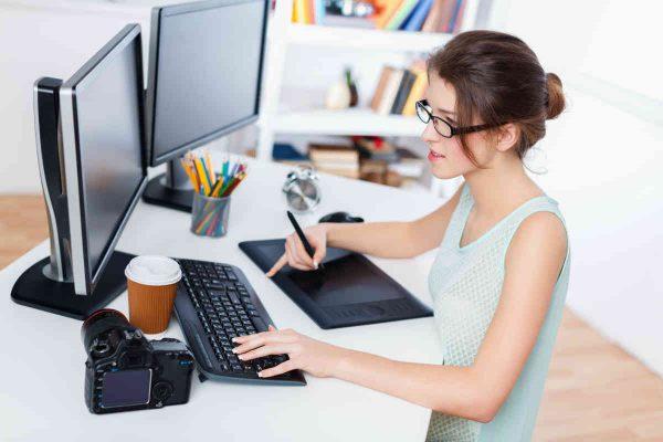 zena radi za radnim stolom