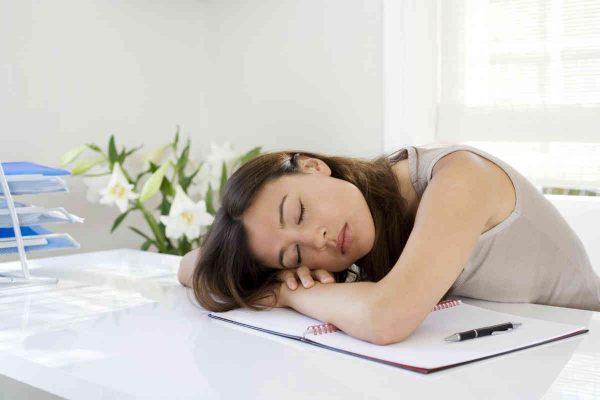 zena spava na poslu