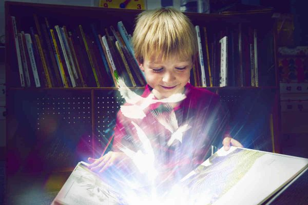 devojčica uči iz knjige budućnosit