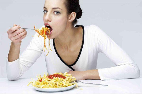 zena oholo zdere spagete