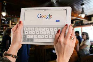 žena pretražuje na internetu