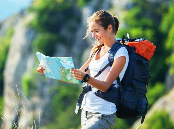 devojka gleda mapu tokom setnje u prirodi