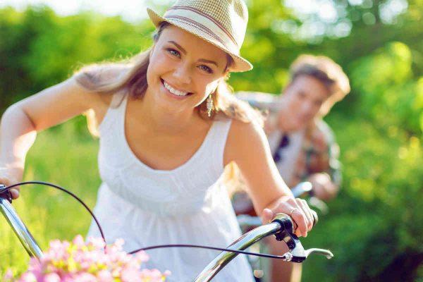 muskarac i zena se voze biciklom u prirodi