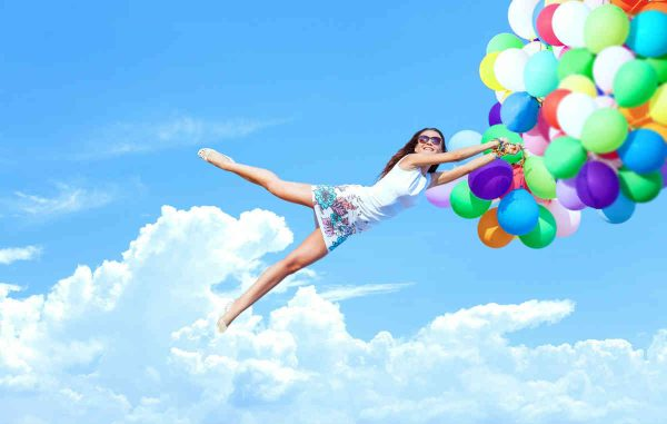 zena leti na balonima