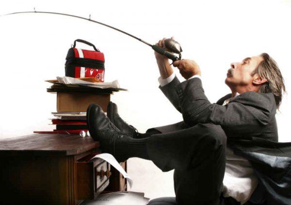 covek peca na poslu sa radnog stola