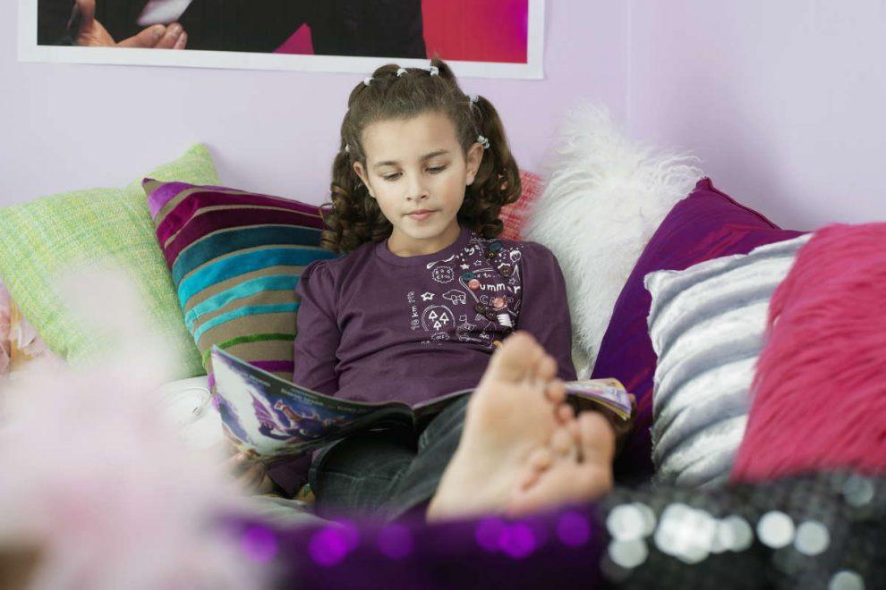 devojčica čita časopis