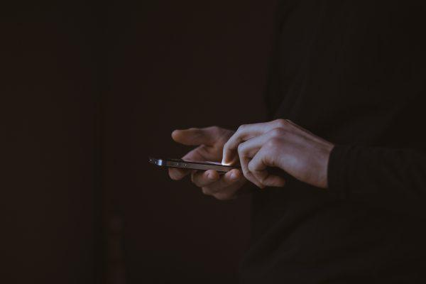 evo-zašto-ne-valja-gledanje-u-telefon-pred-spavanje
