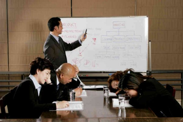 biznismen objasnjava kolege spavaju