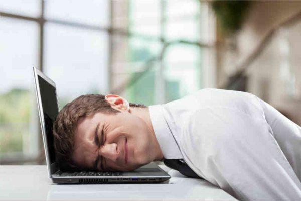 lik produktivno udara glavom o laptop