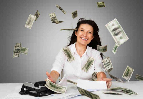 novac pada na radni sto