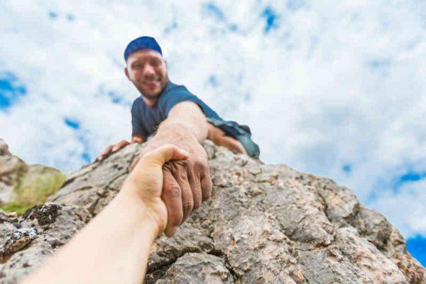 planinar pomaze kolegi