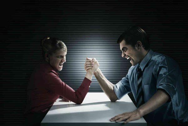 muskarac i zena obaraju ruke