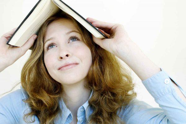 zena sa knjigom na glavi