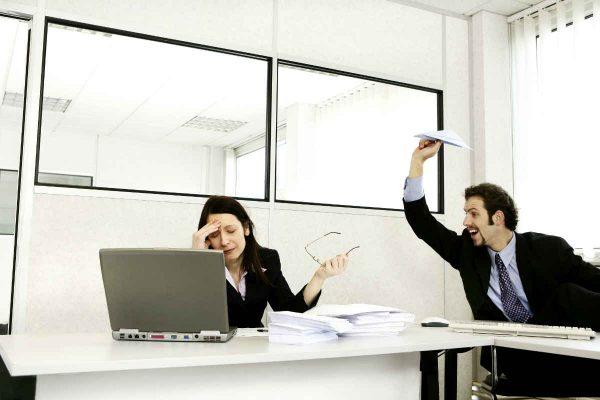 lik nervira svoju koleginicu tokom posla