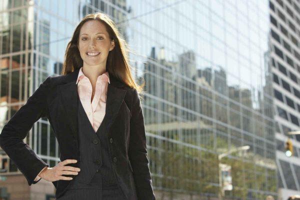 samopouzdana i poslovno obucena mlada zena