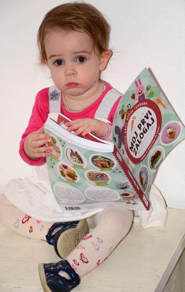 Sofi čita prvi zalogaj