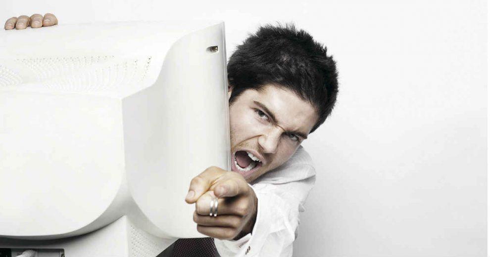 covek koji kritikuje iza monitora