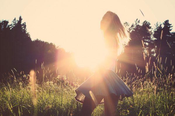 devojka-leto-trava