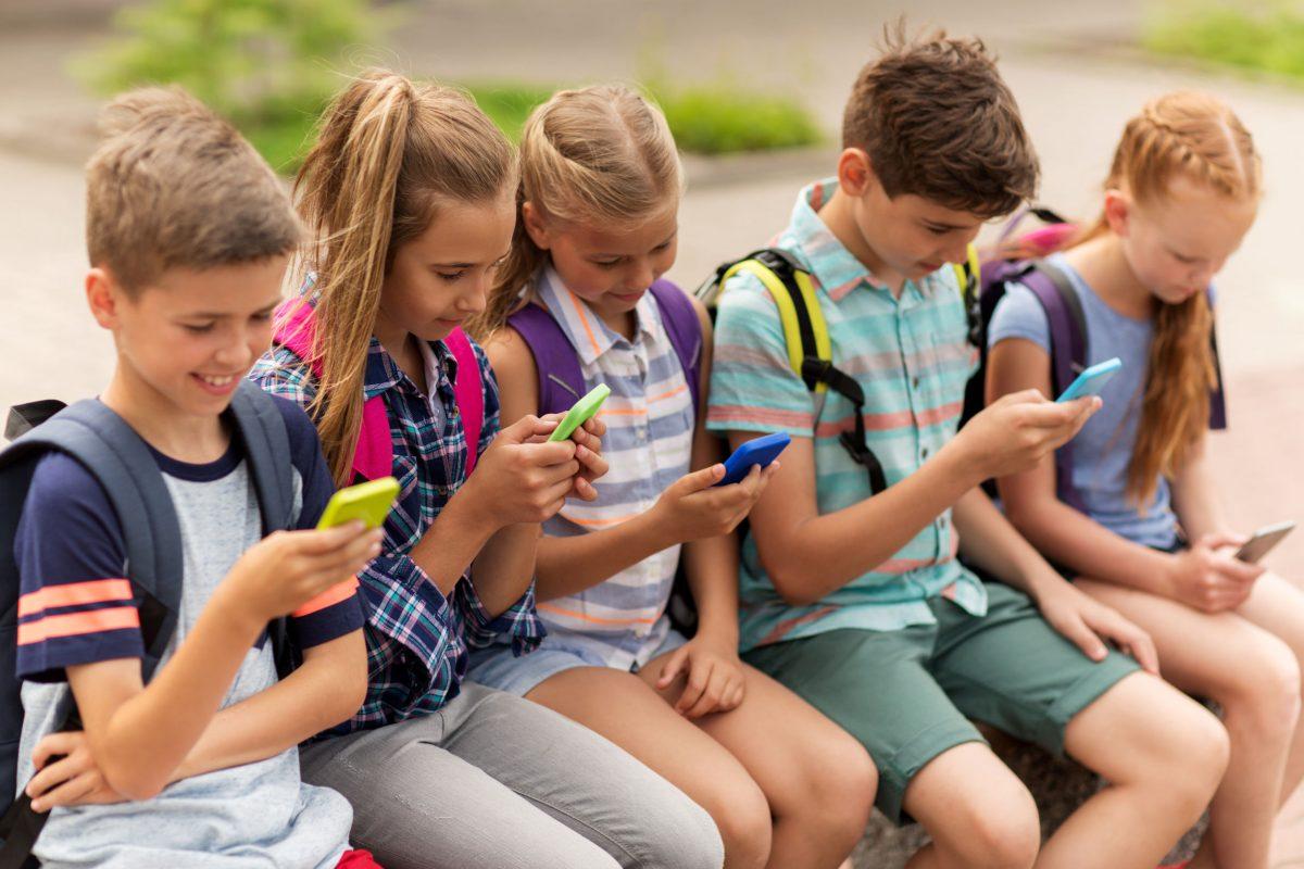 Deca zavisnički kucaju u mobilne telefone