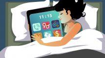 Internet zavisnost: žena u krevetu sa tabletom