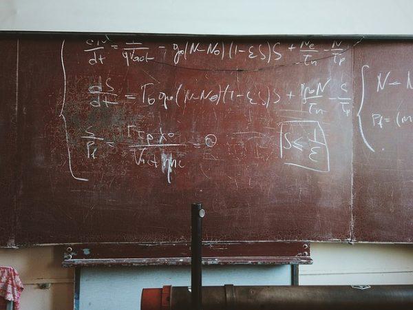 Tabla sa matematičkim jednačinama
