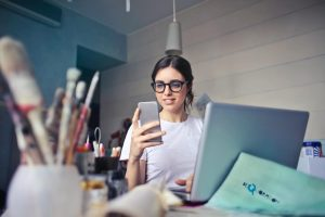 devojka-uči-na-pametnom-telefonu